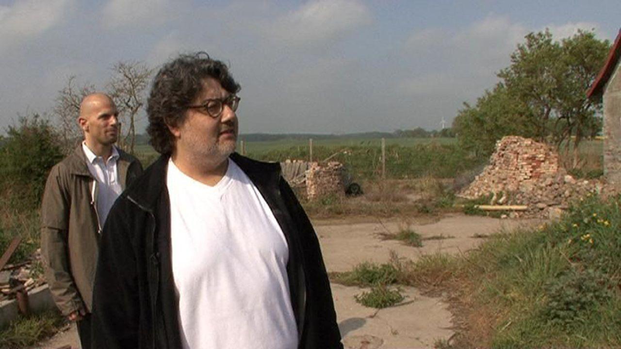 Fassungslos steht der Gerichtsvollzieher Hassan vor dem von Mietnomaden verwüsteten Anwesen ... - Bildquelle: Sat.1