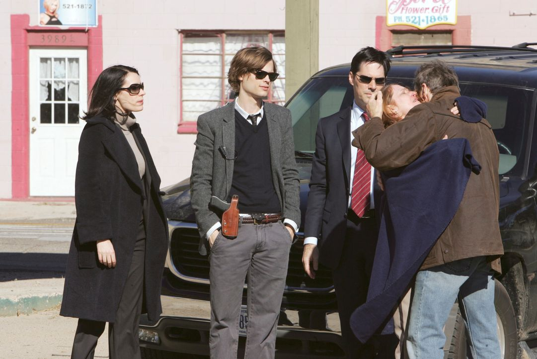 Emily Prentiss (Paget Brewster, l.), Reid (Matthew Gray Gubler, 2.v.l.) und Hotch (Thomas Gibson, M.) finden heraus, dass Franks (Keith Carradine, r... - Bildquelle: Touchstone Television