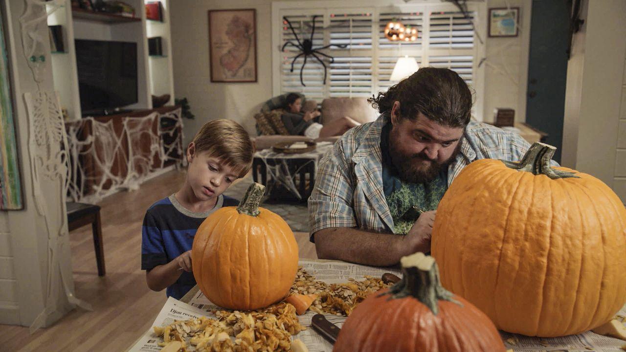 Mit jeder Menge Schabernack versucht Jerry (Jorge Garcia, r.), den kleinen Charlie (Zach Sulzbach, l.) an Halloween zu unterhalten ... - Bildquelle: Norman Shapiro 2016 CBS Broadcasting, Inc. All Rights Reserved