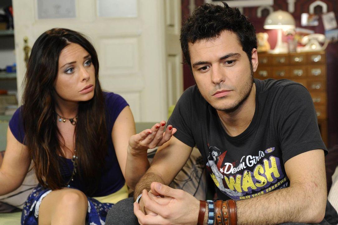 Paloma (Maja Maneiro, l.) ist ziemlich sauer, weil Maik (Sebastian König, r.) sie verschachern will ... - Bildquelle: SAT.1