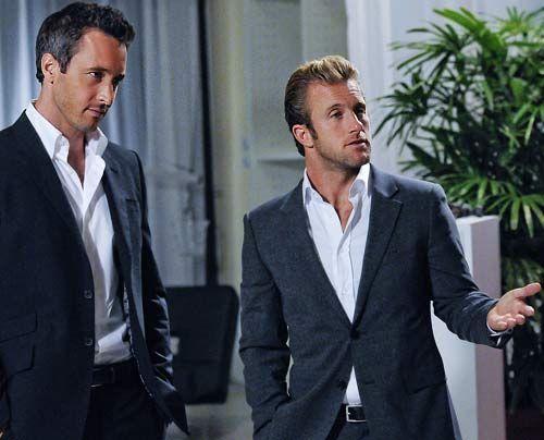 Wie sich herausstellt ist der Polizist Meka ein ehemaliger Kollege von Danno (Scott Caan, r.). Steve (Alex O'Loughlin) hilft ihm, den Mord aufzuklä... - Bildquelle: CBS Studios Inc