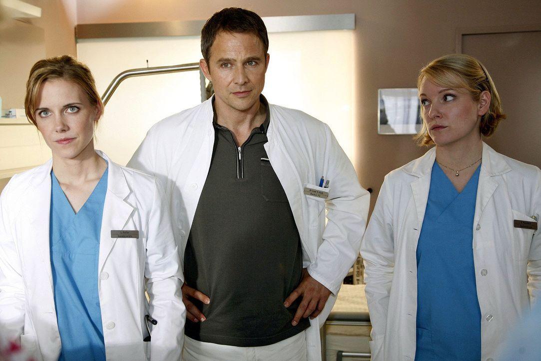 Luisa (Jana Voosen, l.), Stephan (Andreas Brucker, M.) und Doris (Sarah Becker, r.) beobachten fassungslos den Streit zwischen einem Patienten und s... - Bildquelle: Mosch Sat.1