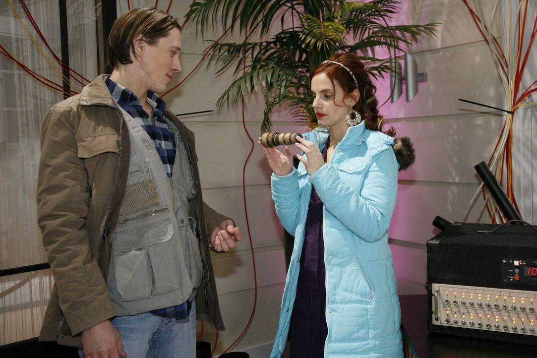 Manu (Marie Zielcke, r.) hofft auf einen handfesten Rat von Big Bang (Timo Jacobs, l.), bekommt allerdings nur einen Feuerwerkskörper, der angeblic... - Bildquelle: SAT.1