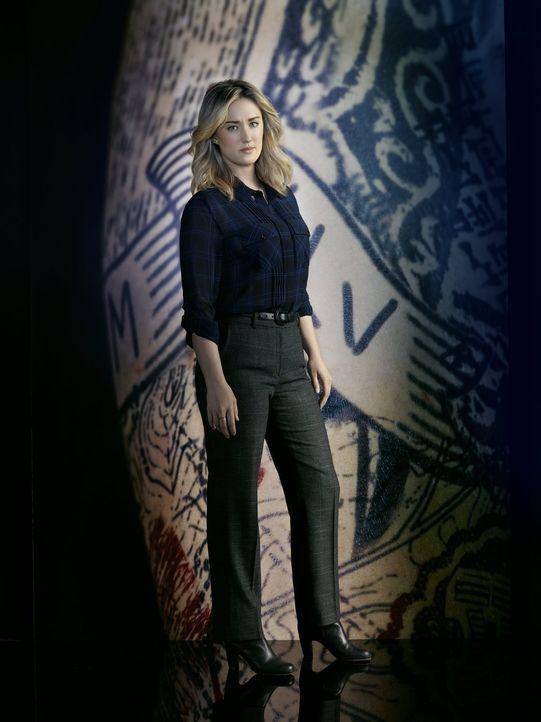 (2. Staffel) - Nach wie vor versucht Patterson (Ashley Johnson) alles, um die Tattoos auf Jane Haut zu dechiffrieren. Keine leichte Aufgabe ... - Bildquelle: Warner Brothers.