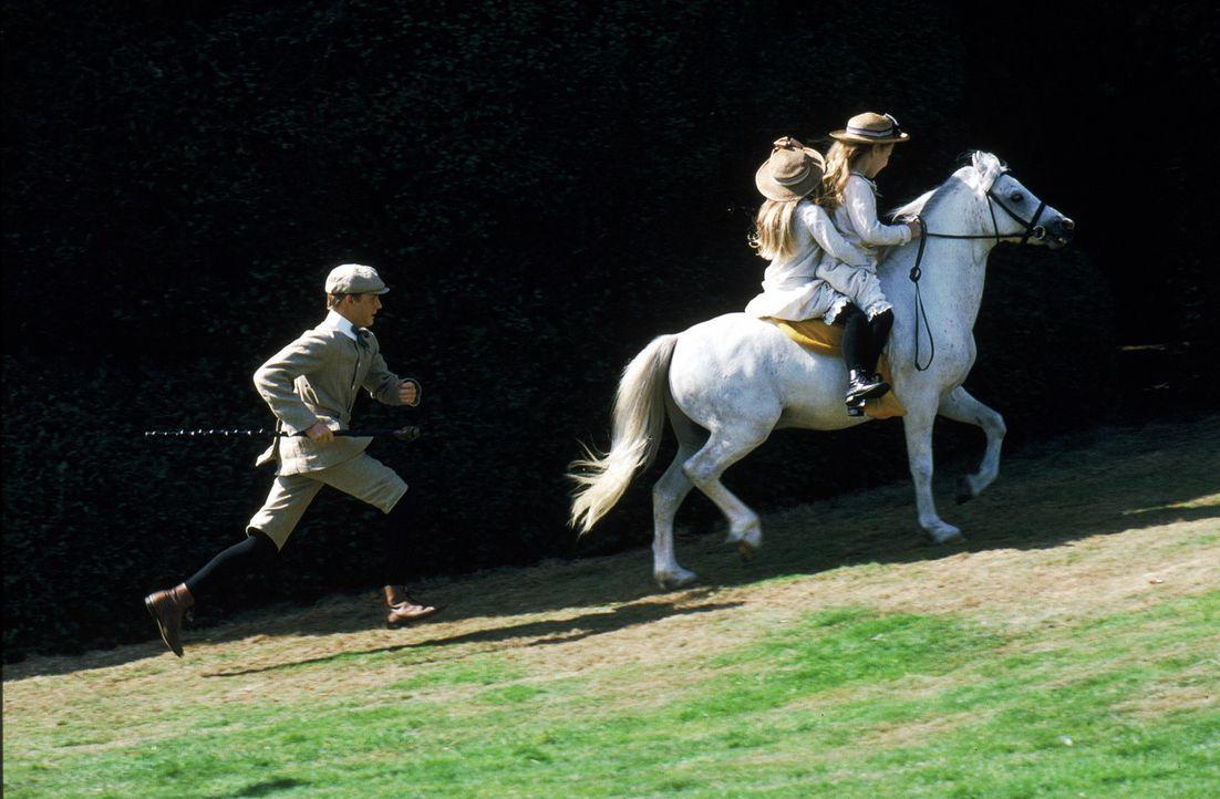 Der prachtvolle Hengst Black Beauty wächst auf dem Land auf und genießt dort sein Leben gemeinsam mit dem schelmischen Pony Merrylegs und der Stut... - Bildquelle: Warner Bros.