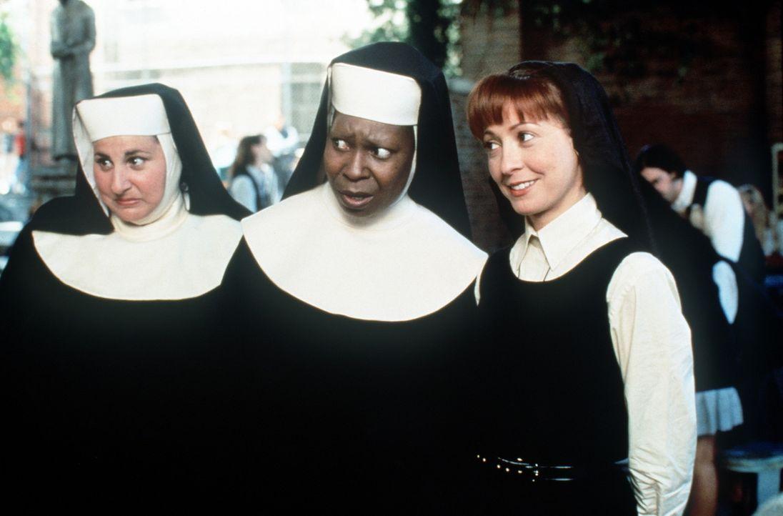 Gemeinsam versuchen Schwester Mary Robert (Wendy Makkena, r.), Schwester Mary Patrick (Kathy Majimy, l.) und Schwester Mary Clarence (Whoopi Goldber... - Bildquelle: Buena Vista Pictures