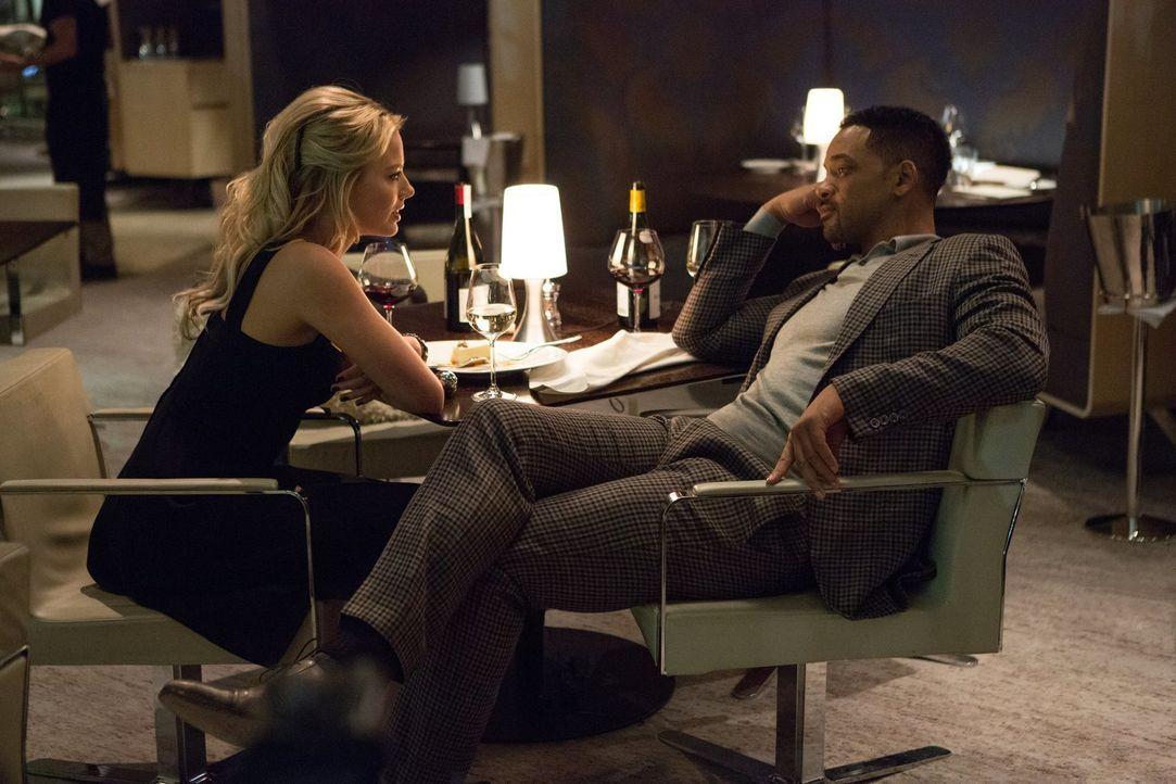 Als der Gauner Nicky (Will Smith, r.) einen neuen Auftrag annimmt, trifft er dort auf seine alte Liebe Jess (Margot Robbie, l.). Doch diese scheint... - Bildquelle: Warner Bros.