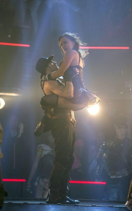 Nicht nur auf der Bühne geben Andie (Briana Evigan, r.) und Sean (Ryan Guzman, l.) das perfekte Paar ab ... - Bildquelle: 2014 Constantin Film Verleih GmbH.