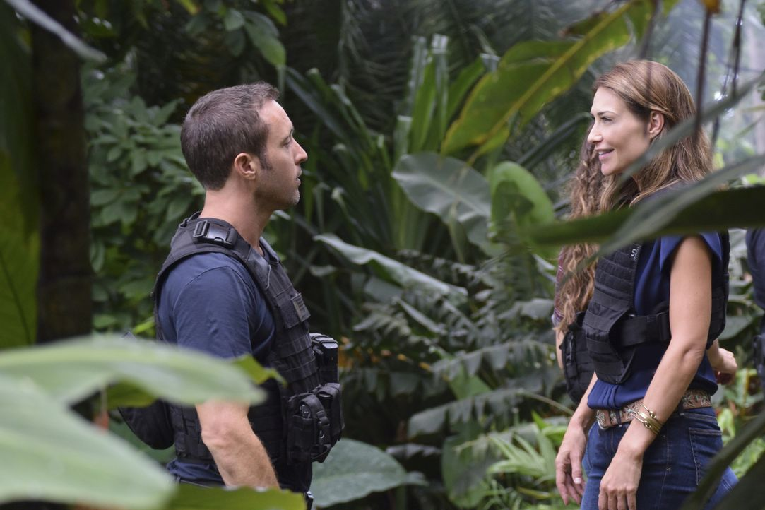 McGarrett (Alex O'Loughlin, l.) nutzt den Fall, um den Richter dazu zu bringen, das Verfahren gegen Alicia Brown (Claire Forlani, r.) aufzuschieben,... - Bildquelle: Norman Shapiro 2017 CBS Broadcasting Inc. All Rights Reserved.