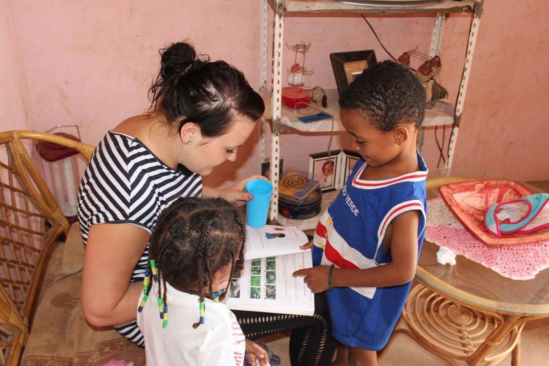 Anne (l.) hilft ihren Gastgeschwistern bei den Hausaufgaben. - Bildquelle: kabel eins