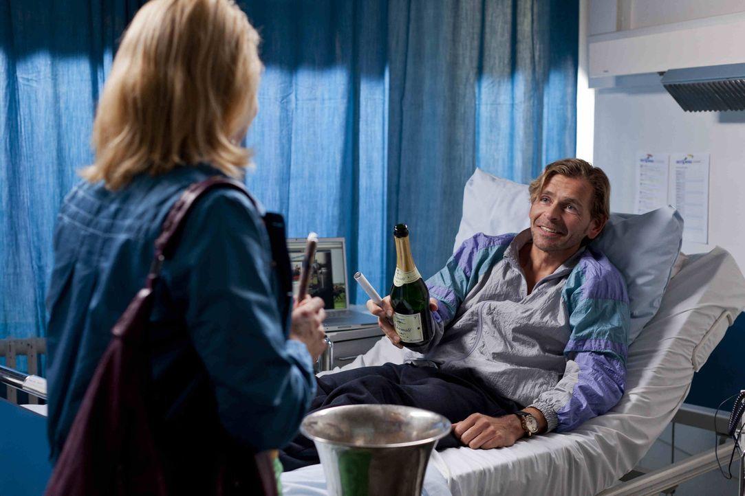 Danni (Annette Frier, l.) hat einen neuen Mandanten. Jens Plesse (Tonio Arango, r.) betreibt aus dem Krankenbett heraus ein blühendes Geschäft mit... - Bildquelle: SAT.1