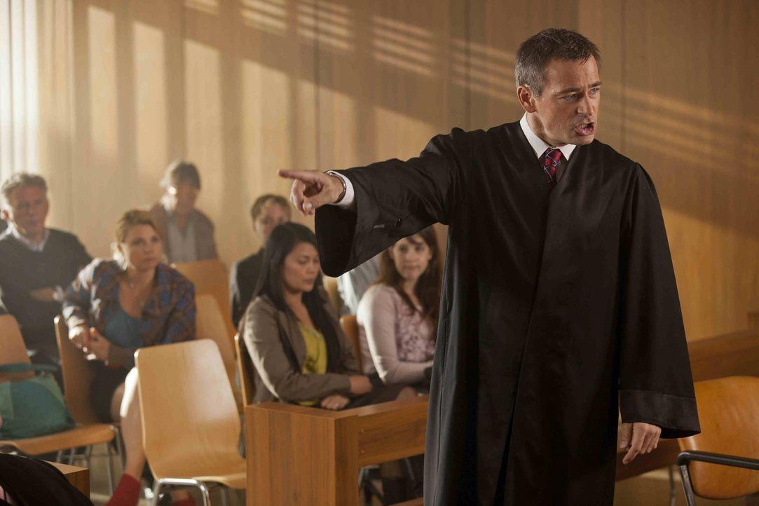Da Danni (Annette Frier, 2.v.l.) ihren Fall abgeben musst, übernimmt Oliver (Jan Sosniok, l.). Gemeinsam versuchen sie nun  Frau Ditscheid zu helfe... - Bildquelle: Frank Dicks SAT.1