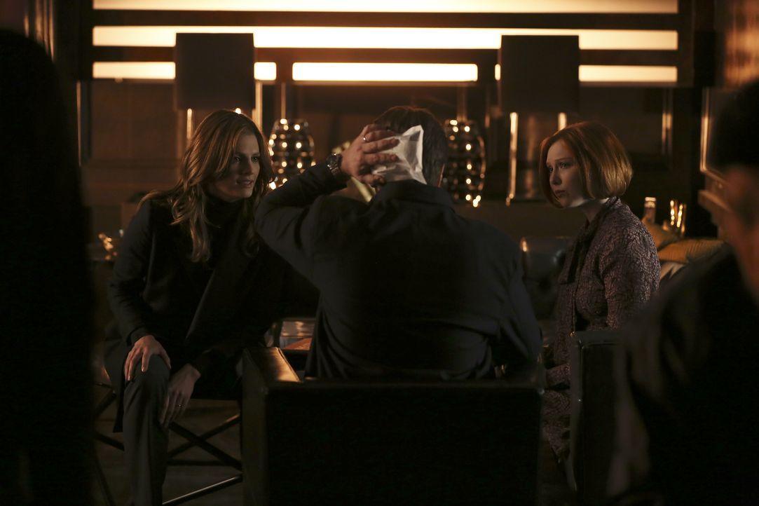 Beckett (Stana Katic, l.) und Alexis (Molly C. Quinn, r.) sind geschockt, als ein religiöser Fanatiker mit Axt bei Castle (Nathan Fillion, M.) im Bü... - Bildquelle: Scott Everett White 2016 American Broadcasting Companies, Inc. All rights reserved.