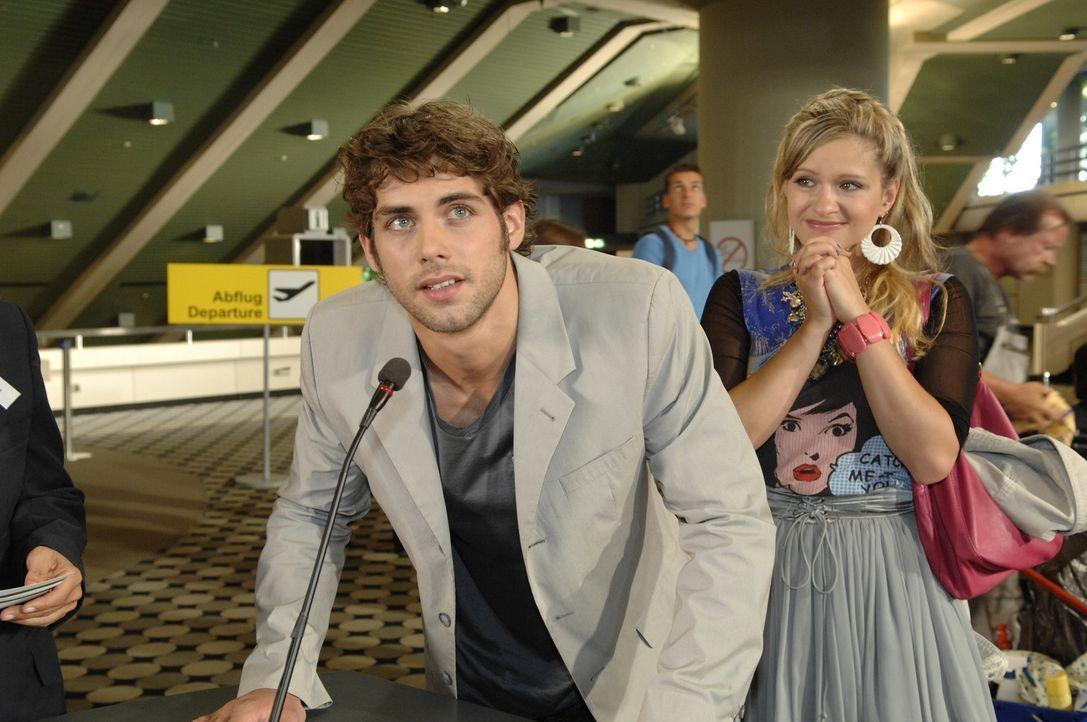 Jonas (Roy Peter Link, l.) gesteht im Beisein von Mia (Josephine Schmidt, r.) Anna seine Liebe. - Bildquelle: Sat.1
