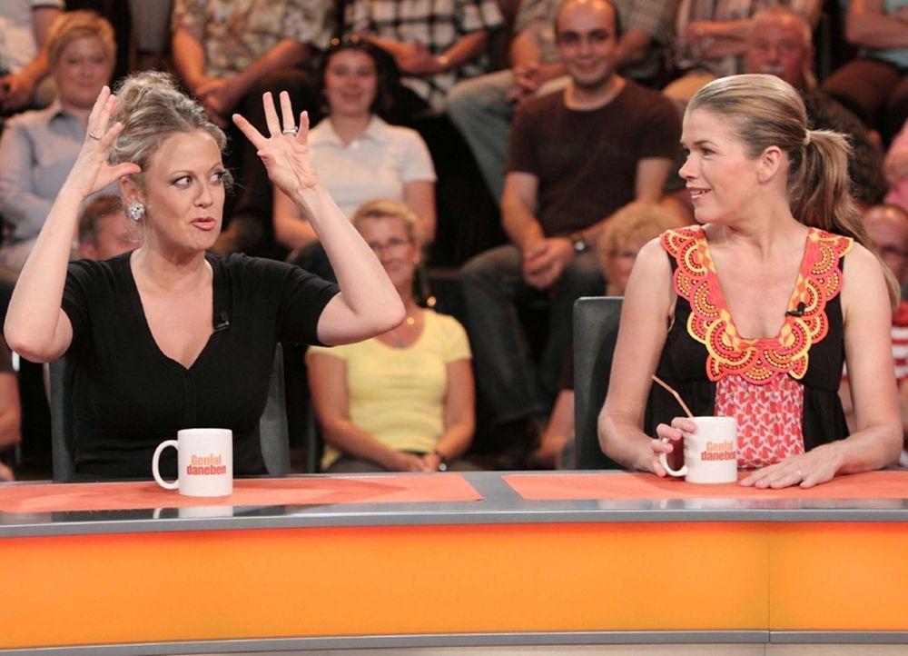 Es gibt viel zu lachen: Barbara Schöneberger (l.) und Anke Engelke (r.) ... - Bildquelle: Sat.1