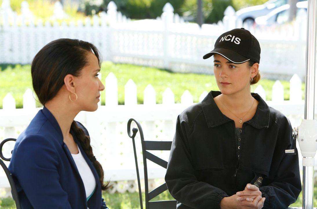 Bei den Ermittlungen: Lieutenant Daniels (Sophina Brown, l.) und Ziva (Cote de Pablo, r.) ... - Bildquelle: CBS Television