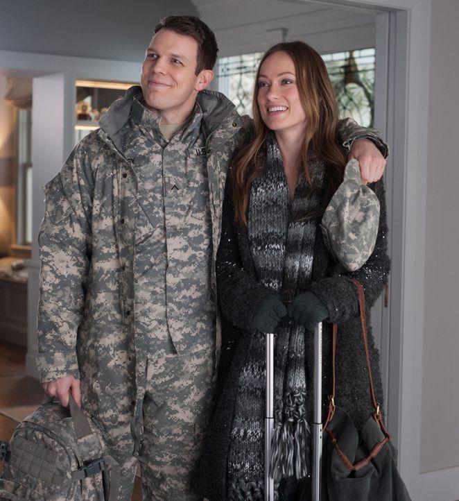 Auf dem Weg zu ihren Eltern, lernt Eleanor (Olivia Wilde, r.) am Flughafen einen Soldaten (Jake Lacy, l.) kennen und überzeugt ihn, sich an den Feie... - Bildquelle: Susanne Tenner 2015 CBS Films Inc. All Rights Reserved.