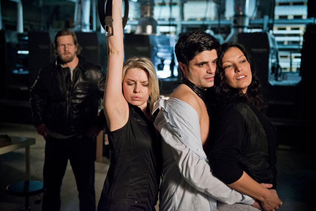 Mick (Henning Baum, l.) kann nicht glauben, was er sieht: Statt zum Versöhnungstermin bei seiner Frau zu erscheinen, tanzt ein total bekiffter und b... - Bildquelle: Martin Rottenkolber SAT.1
