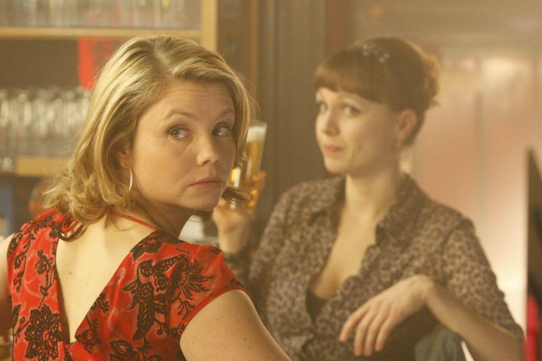 Beste Freunde: Danni (Annette Frier, l.) und Bea (Nadja Becker, r.) ... - Bildquelle: SAT.1