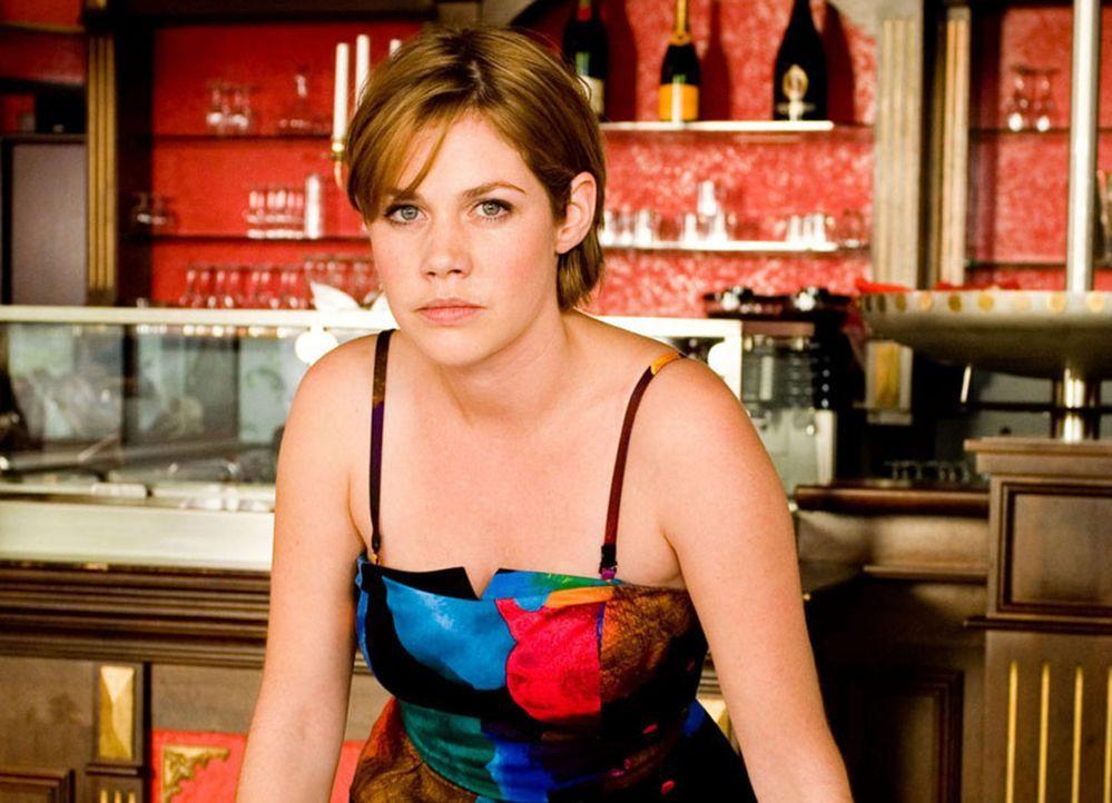 Als Mia (Felicitas Woll) eine Annonce in der Zeitung entdeckt, in der eine Frau gesucht wird, die bereit ist, für 1 Millionen ihre Karriere aufzuge... - Bildquelle: SAT.1