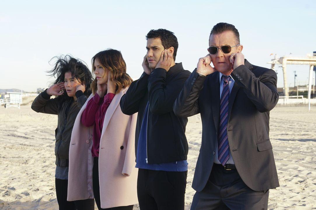 In Mexiko sollen sich (v.l.n.r.) Happy (Jadyn Wong), Paige (Katharine McPhee), Walter (Elyes Gabel) und Cabe (Robert Patrick) um einen fragilen Atom... - Bildquelle: Monty Brinton 2017 CBS Broadcasting, Inc. All Rights Reserved