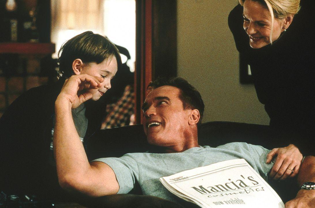 Seit vielen Jahren lebt der Feuerwehrmann Gordon Brewer (Arnold Schwarzenegger, M.) mit Frau (Lindsay Frost, r.) und Sohn (Ethan Dampf, l.) glückli... - Bildquelle: Warner Bros.
