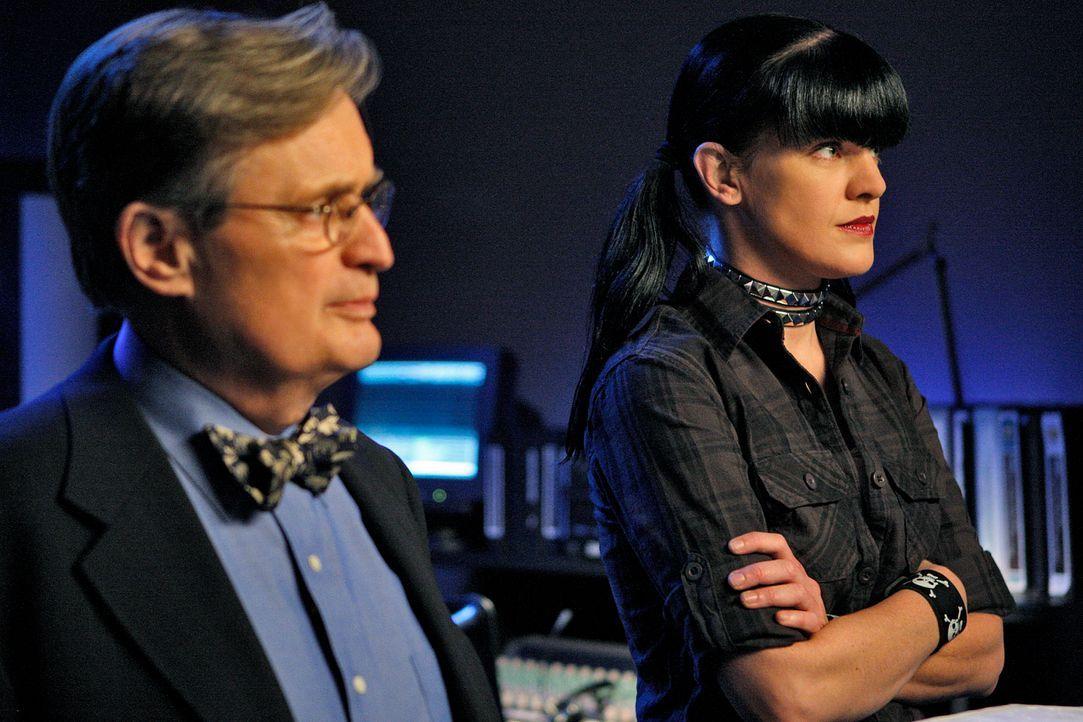 Ermitteln in einem neuen Mordfall: Ducky (David McCallum, l.) und Abby (Pauley Perrette, r.) ... - Bildquelle: CBS Television
