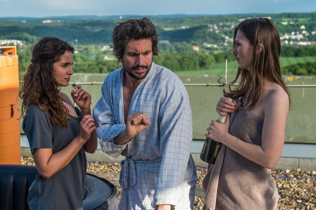 Der Spaß mit den beiden Mädels ist schnell vorbei, als Felix (Tom Beck, M.) begreift, dass er niemandem mehr trauen kann, dass seine Arbeit nirgendw... - Bildquelle: Wolfgang Ennenbach SAT.1