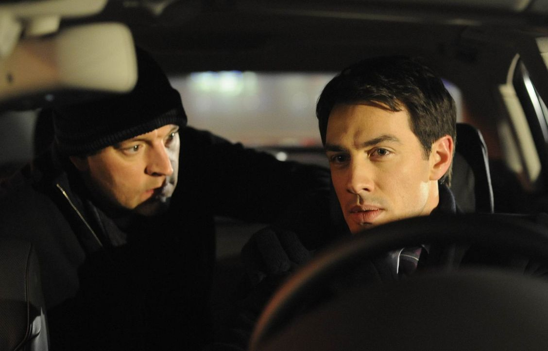 Mark (Arne Stephan, r.) kann Ralf (Christian Kahrmann, l.) beruhigen, der ihn in die Mangel genommen hat, um herauszufinden, wo Manu und Daniel stec... - Bildquelle: SAT.1