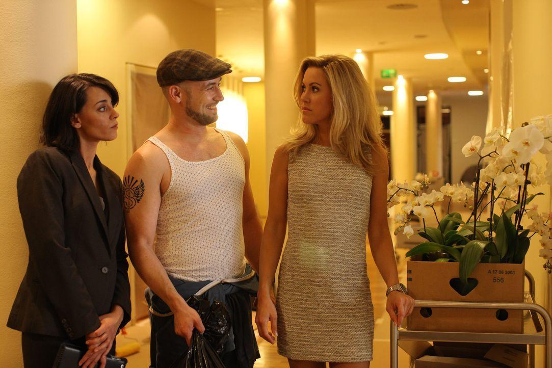 Während Manu (Edita Malovcic, l.), der Giftspritze des Hotels, jede Gelegenheit recht kommt, um Jessica (Wolke Hegenbarth, r.) eins auszuwischen, m... - Bildquelle: Petro Domenigg SAT.1