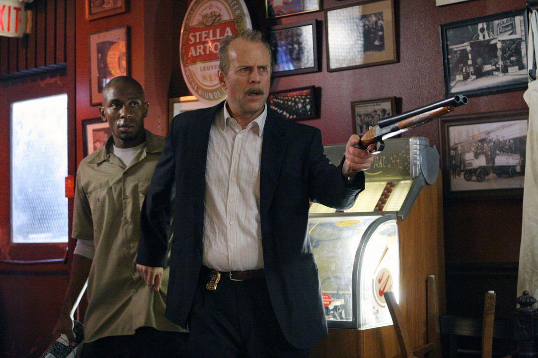 Der übermüdete Polizist Jack Mosley (Bruce Willis, r.) soll den Kriminellen Eddi Bunker (Mos Def, l.) vom Gefängnis zum Gerichtsgebäude bringen,... - Bildquelle: Nu Image