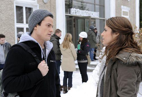 Timo (Rocco Stark, l.) teilt Bea (Vanessa Jung, r.) mit, dass Sophie schwanger ist ... - Bildquelle: Christoph-Assmann - Sat1