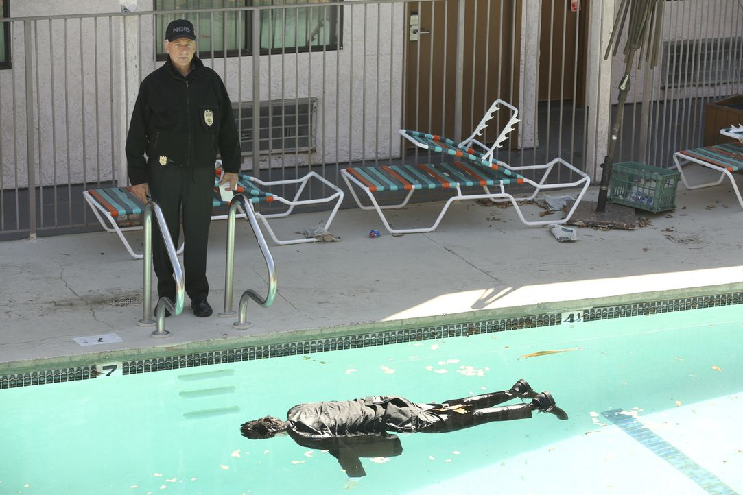 Tod im Pool: Wird die bedrohte Kongressabgeordnete genauso enden? Gibbs (Mark Harmon) ist besorgt ... - Bildquelle: Michael Yarish 2016 CBS Broadcasting, Inc. All Rights Reserved