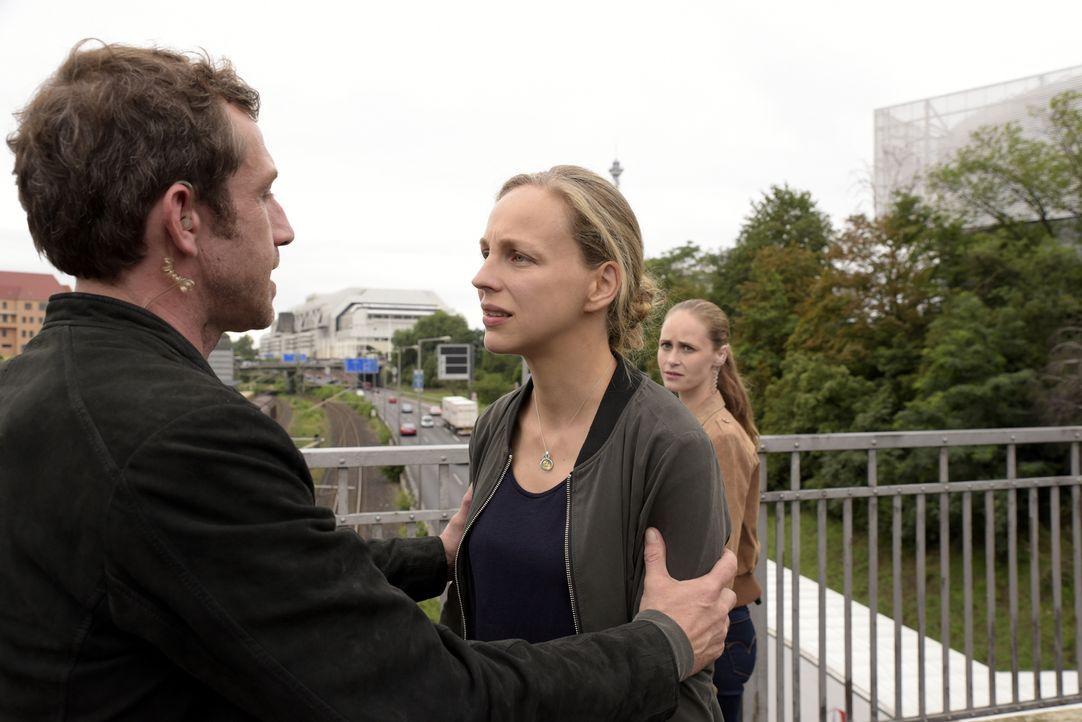 Während die Kripo-Beamtin Sarah Bäumler (Inez Bjørg David, r.) von Noras (Petra Schmidt-Schaller, M.) Unschuld überzeugt ist, glaubt ihre Kollege Pe... - Bildquelle: Christiane Pausch SAT.1