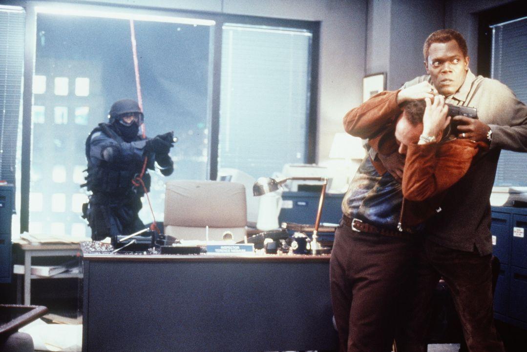 Spezialagent Danny Roman (Samuel L. Jackson, r.) steht plötzlich unter Mordverdacht. Er tritt die Flucht nach vorne an und nimmt sich eine Handvoll... - Bildquelle: TM+  Warner Bros.