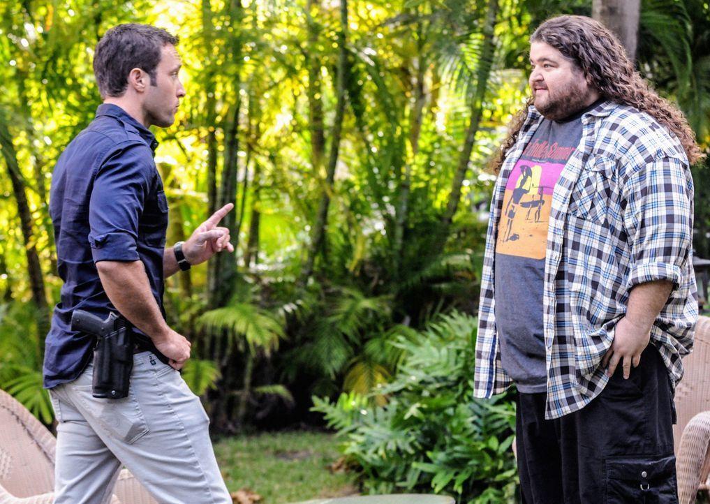 Gemeinsam versuchen sie, einen neuen Fall zu lösen: Jerry Ortega (Jorge Garcia, r.) und Steve (Alex O'Loughlin, l.) ... - Bildquelle: 2013 CBS Broadcasting Inc. All Rights Reserved