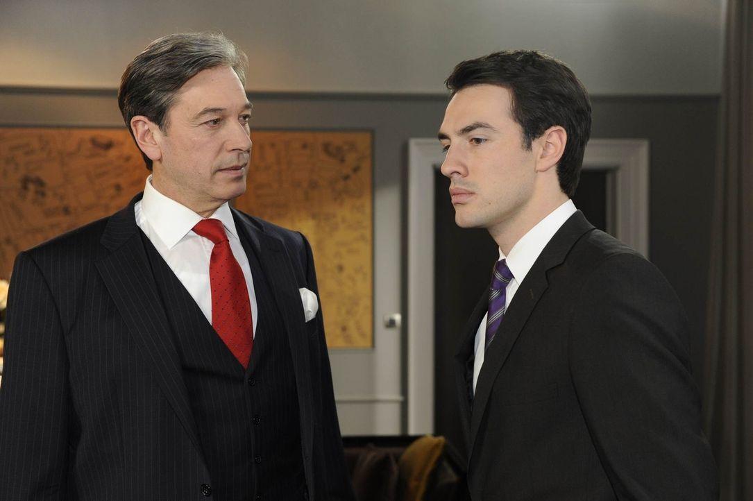 Julius (Günter Barton, l.) wird klar, dass ihm die Trennung von General Manager Mark (Arne Stephan, r.) weh tun wird ... - Bildquelle: SAT.1