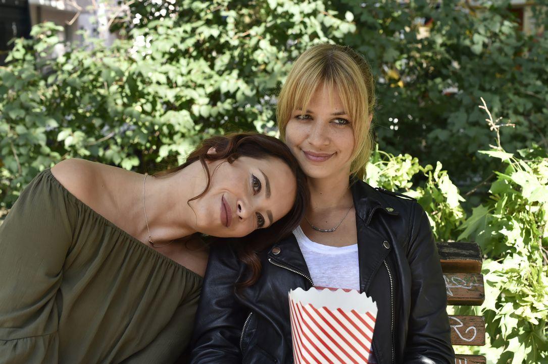 Halten stets zusammen: Mila (Susan Sideropoulos, r.) und Sally (Laura Osswald, l.) ... - Bildquelle: Claudius Pflug SAT.1