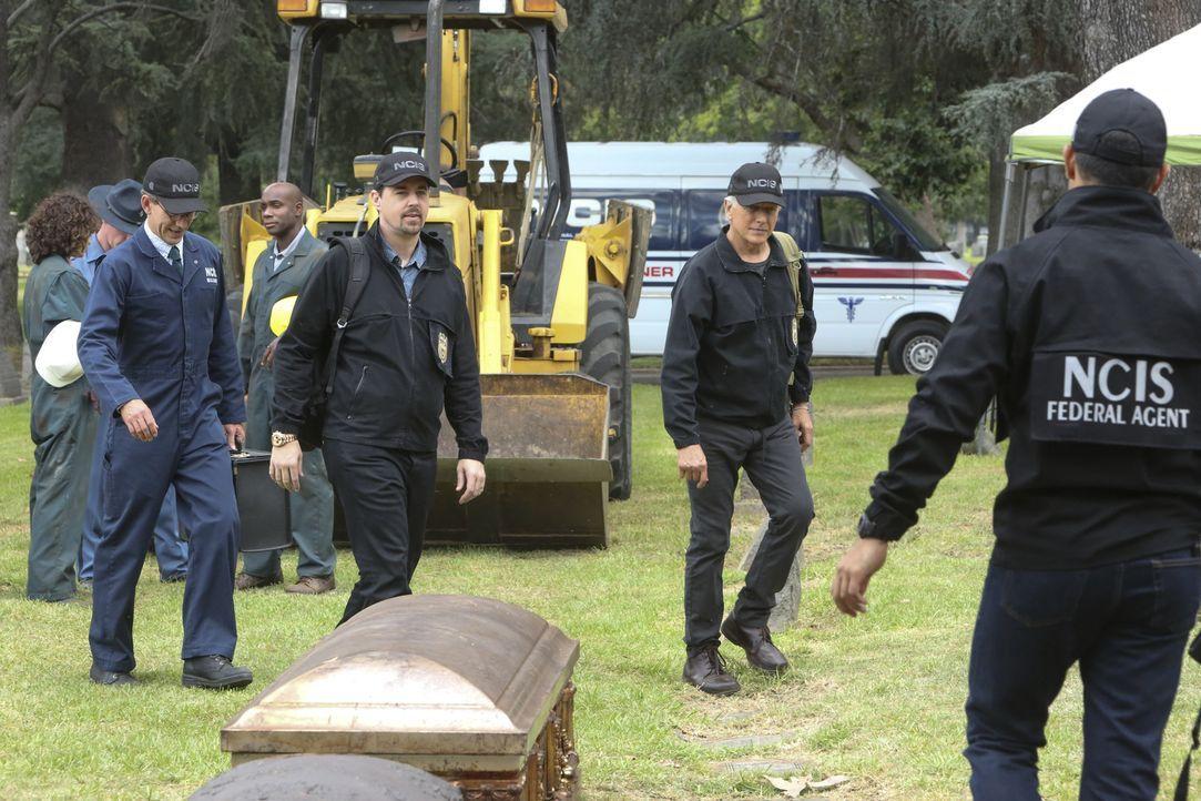 Eineinhalb Jahre nach dem Verschwinden des Navy-Lieutenants wird dessen Leiche bei einer Grabumbettung in dem Sarg eines anderen Verstorbenen entdec... - Bildquelle: Patrick McElhenney 2017 CBS Broadcasting, Inc. All Rights Reserved.