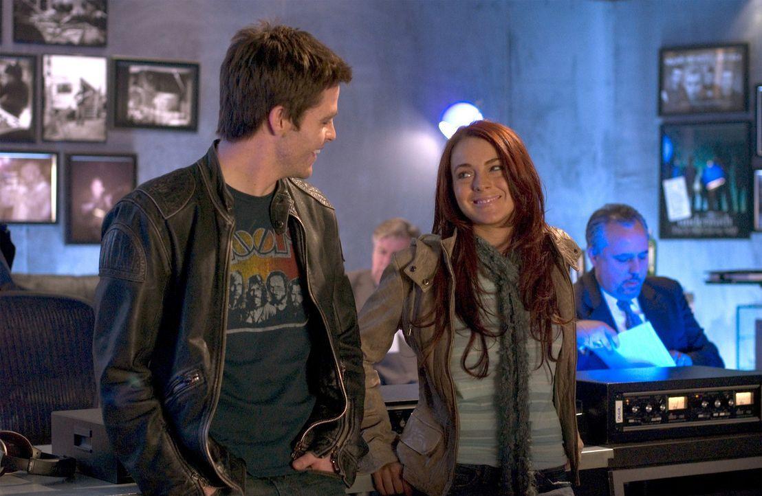 Ein einziger Kuss mit Jake Hardin (Chris Pine, l.) stellt Ashley Albrights (Lindsay Lohan, r.) bisheriges Leben total auf den Kopf ... - Bildquelle: Epsilon Motion Pictures GmbH
