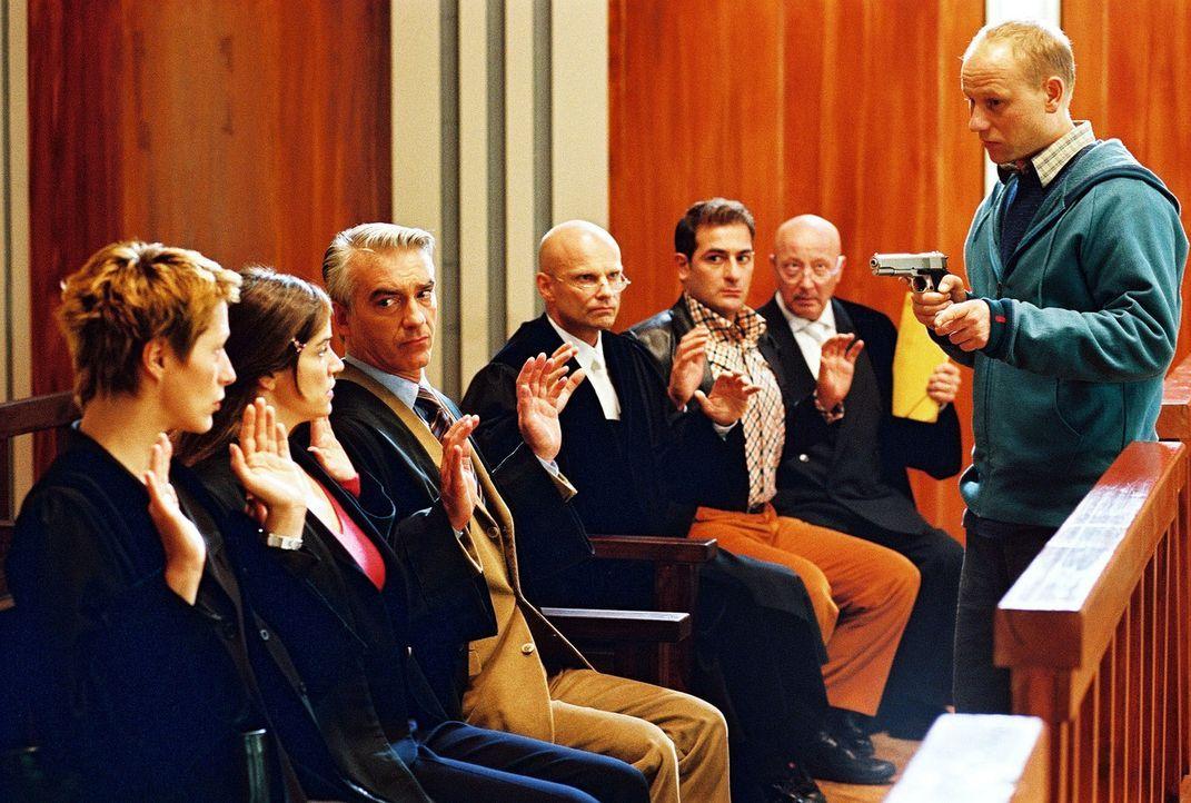 Tumult im Gerichtssaal: Mit einer Pistole hält Stefan Pelzer (Bernd-Michael Lade, r.) Patricia (Barbara Demmer, l.), Sandra (Rebecca Immanuel, 2.v.... - Bildquelle: Hardy Spitz Sat.1