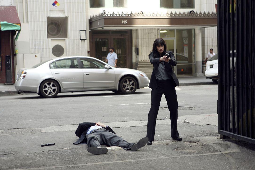 Sind im Focus des Täters: Emily Prentiss (Paget Brewster, r.) und Detective Cooper (Erik Palladino, l.) ... - Bildquelle: Touchstone Television