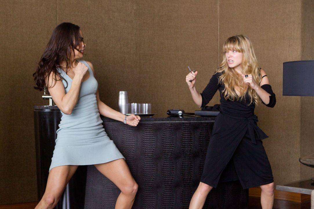 Jane Carter (Paula Patten, l.) muss es schaffen, die Auftragskillerin Sabine Moreau (Léa Seydoux, r.) festzuhalten, ohne diese umzubringen - beziehu... - Bildquelle: 2011 Paramount Pictures. All Rights Reserved.