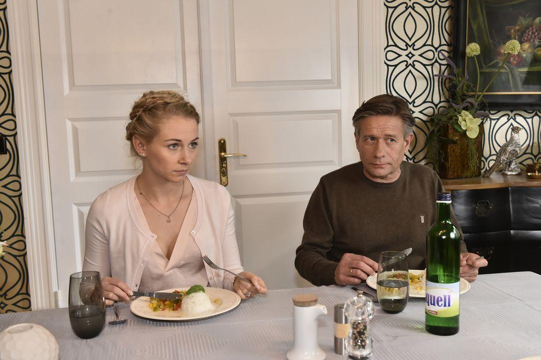 Sind Luisa (Jenny Bach, l.) und Hendrik (Stephan Baumecker, r.) ebenfalls von Mila enttäuscht? - Bildquelle: Claudius Pflug SAT.1