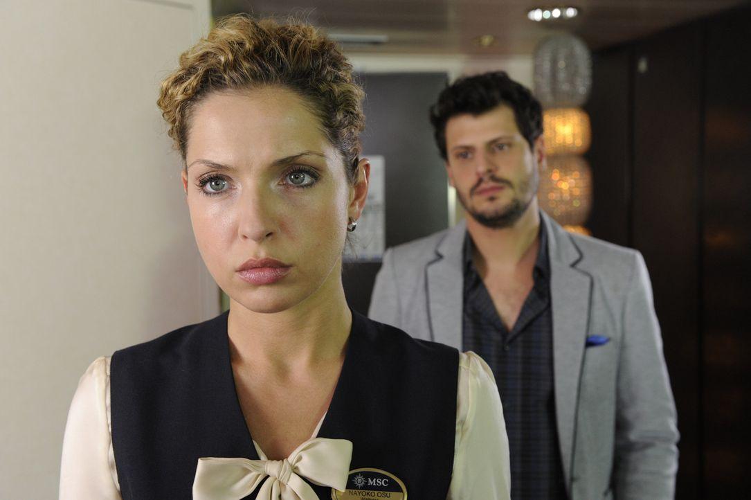 Luca (Manuel Cortez, r.) schafft es gerade noch zu verhindern, dass Nina (Maria Wedig, l.) als blinder Passagier gemeldet wird. In seiner Kabine kan... - Bildquelle: SAT.1