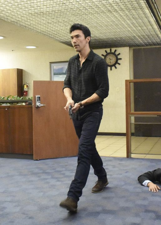 McGarrett holt ihn gerade vom Flughafen ab, als sie zu einem Banküberfall mit Geiselnahme gerufen werden. Doch als Adam (Ian Anthony Dale) vor Ort i... - Bildquelle: Norman Shapiro 2017 CBS Broadcasting Inc. All Rights Reserved.