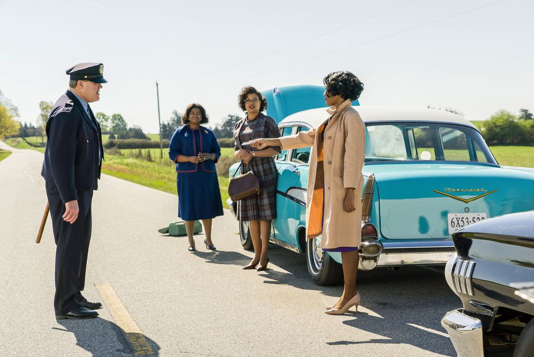 "(v.l.n.r.) Weißer Polizist (Ron Clinton Smith); Dorothy Vaughan (Octavia Spencer); Katherine G. Johnson (Taraji P. Henson); Mary Jackson (Janelle Mo... - Bildquelle: Peter ""Hopper"" Stone 2016 Twentieth Century Fox Film Corporation.  All rights reserved."
