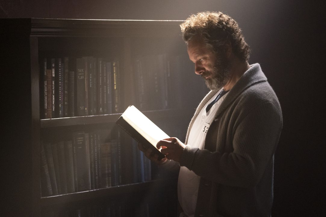 Dr. Martin Whitly (Michael Sheen) - Bildquelle: Peter Kramer 2019 Warner Bros. Entertainment Inc. All Rights Reserved. / Peter Kramer