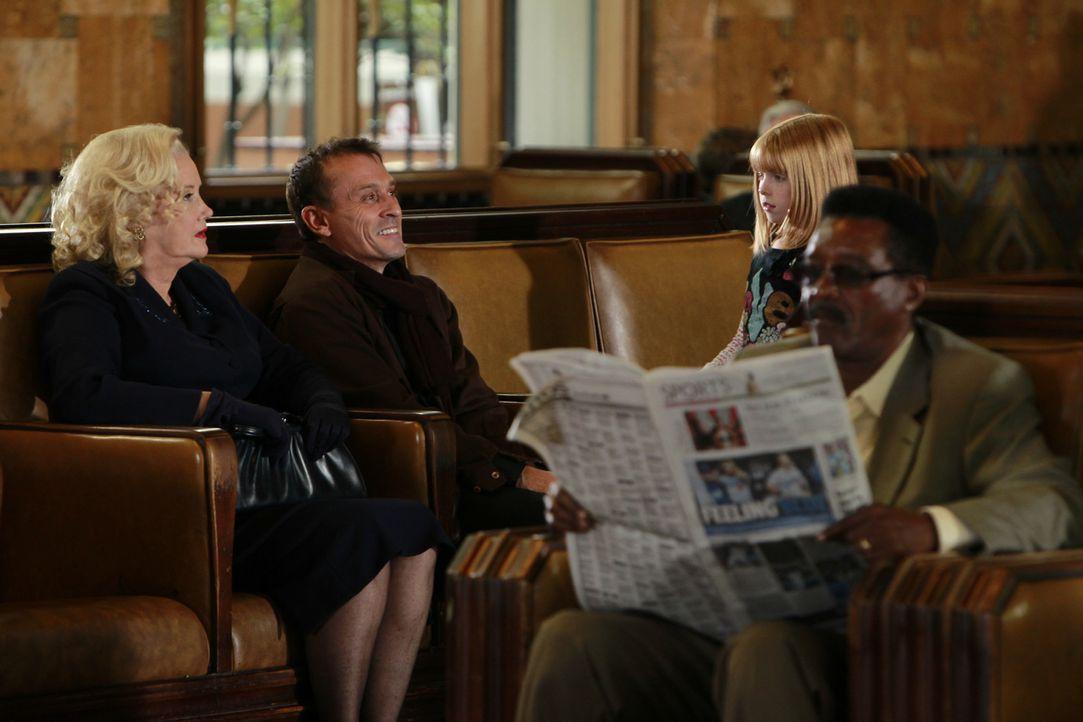 Führen nichts Gutes im Schilde: May (Sally Kirkland, l.) und Rhett Walden (Robert Knepper, 2.v.l.) ... - Bildquelle: ABC Studios