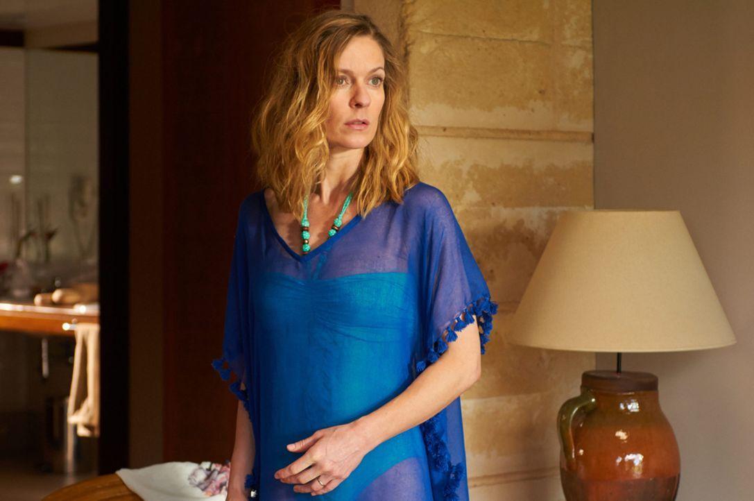 Eigentlich möchte die kritische Journalistin Mona Wagner (Lisa Martinek) den Urlaub auf Teneriffa dazu nutzen, ihre Ehe zu retten. Doch dann landen... - Bildquelle: Volker Roloff SAT.1